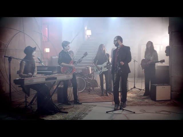 """Videoclip oficial de la canción """"En la avenida"""" de Mi Capitán."""