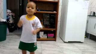 Menina de 4 anos dançando mc sapão.