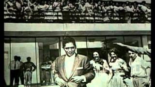 """Julio Jaramillo canta el pasillo """"Rebeldia""""."""