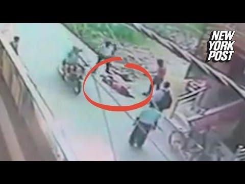 O femeie este injunghiata in plina strada VIDEO