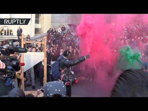 После закрытия избирательных участков в Париже вспыхнули протесты