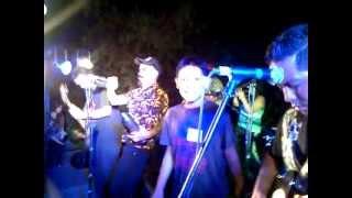Salvador bailando con Sonora de Llegar
