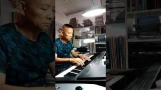 雨的旋律,是首西洋老歌,鋼琴也可以彈奏出下雨的感覺。