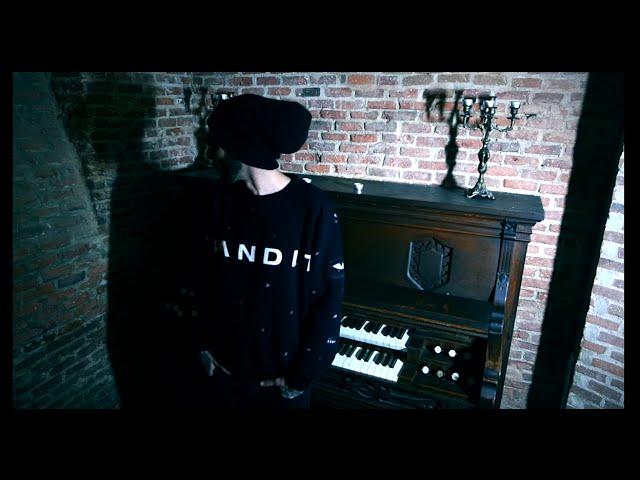 """Videoclip oficial de la canción """"Defectos de Fabricación"""" de Fyahbwoy."""