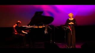 Lara Li acompanhada ao piano por Miguel Braga