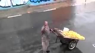 Vendedor ambulante canta hino e emociona vizinhança