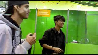 Vinny e tHeo cantando Leandro e Leonardo (versão rock)