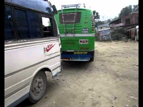 Backpackgek reist met de bus door Nepal