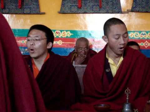 Cerimônia boudista em monastério no nepal