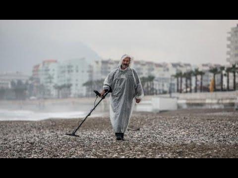 Geçimini sahilde değerli eşya arayarak sağlıyor