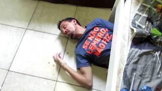 Quando seu irmão escuta barulho de moeda caindo no chão!!!!