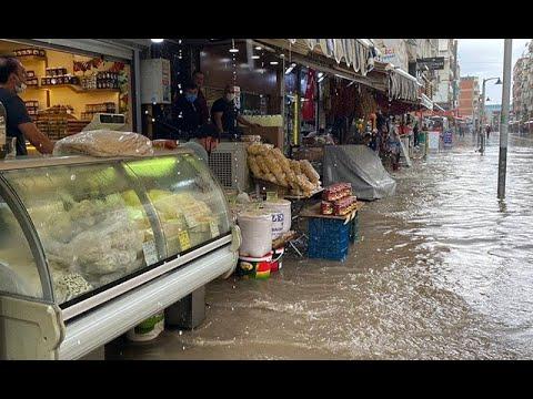 İzmir'de sağanak; cadde ve sokaklar göle döndü