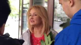 Majka Jeżowska rozdaje autografy po Dzień Dobry TVN