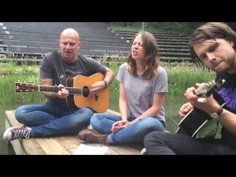 Paskal Jakobsen & Stephanie Struijk repetitie 'We doen wat we kunnen'. Begeleid door Bernard Gepken op gitaar. Theater 'de Kersouwe', Heeswijk-Dinther