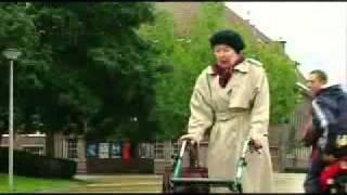 sranda-babička na procházce