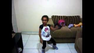 novinha dançando em casa