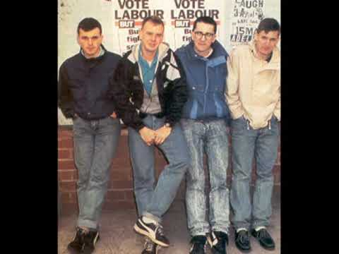Sitting On A Fence de Housemartins Letra y Video
