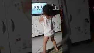 Olha so o tamanho da menina dançando