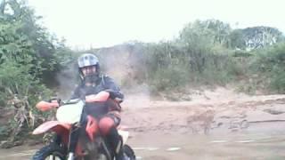 Trilha de moto passando pelo rio em Luziania