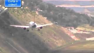 Avião pousa de lado na Ilha da Madeira.