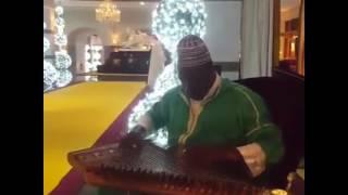 إفريقي يعزف عزف رائع  للنشيد الوطني المغربي على آلة القانون