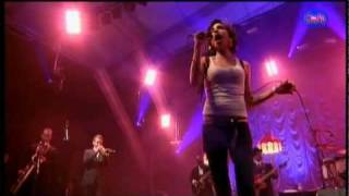 Amy Winehouse - Me and Mr. Jones live in France 2007 (HD)