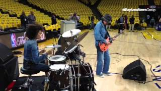 Guitarist Carlos Santana and wife Cindy Blackman Santana warm up #GSwarriors #nbafinas