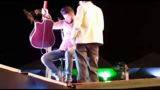 Gusttavo Lima cantando com seu pai no Show em Sertãozinho/SP