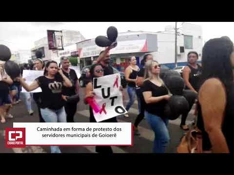 Servidores públicos realizaram uma caminhada em forma de protesto nas ruas de Goioerê