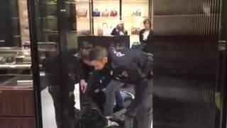 La polizia blocca una donna nel negozio di Gucci di Torino