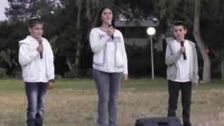 נויה שובל ואסיף שרים מכתב לאחי בטקס יום העצמאות בקיבוץ לביא 2016
