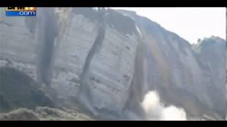 Een inmense grote rots stort in