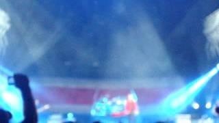 Fher ondea la bandera de Mexico y El Salvador - MANÁ concierto en El Salvador
