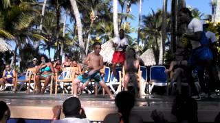 JOVEN CUBANO  BAILANDO MENEA TU CHAPA  EN EL HOTEL RIU-BAVARO 02/07/2015