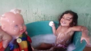 Coloquei corante rosa na banheira olha no que deu Deborah julia