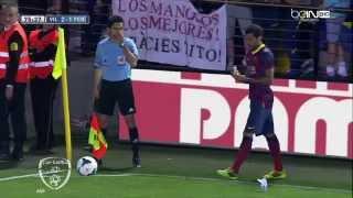 A Villarreal fan threw a banana at Dani Alves and he ate it before corner kick 27/4/2014 HD