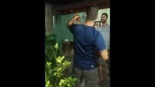 Abrindo cerveja de um jeito bruto