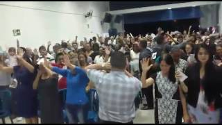 Fogo do espírito santo caindo na igreja pentecostal porta estreita