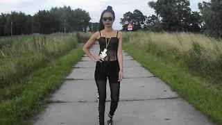 Black lion look in 'Walk'