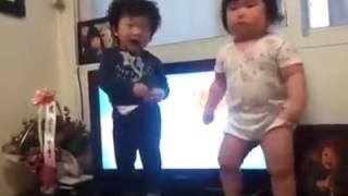 Niña japonesa bailando