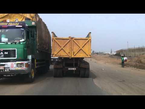 Arrivée au port de Lomé et parc à camions.mp4