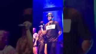 Edi Rock cantando armado Negro Drama ao vivo Racionais mcs
