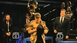Justin Bieber beija boneca em um programa.