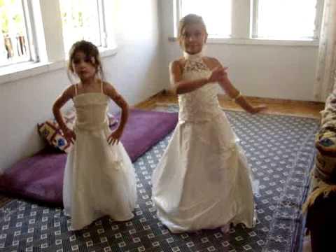 prenses kizim  senanur  kuzeniyle dans ediyor