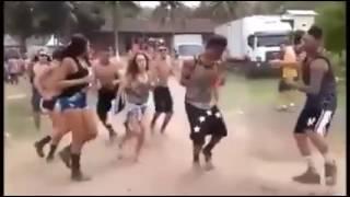 Levantado poeira dançando