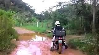 Passando na agua big trail moto