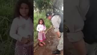 Policial militar encontra menina de 6 anos perdida e a leva para sua família.
