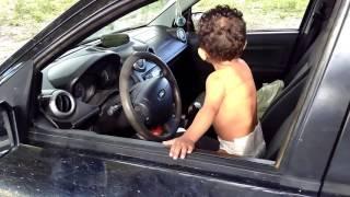 O bebê q buzina o carro com estilo