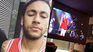 Neymar assistindo filme no cinema da sua casa