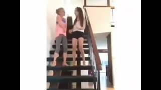 Niña se cae de las escaleras bailando dejen sus comentarios